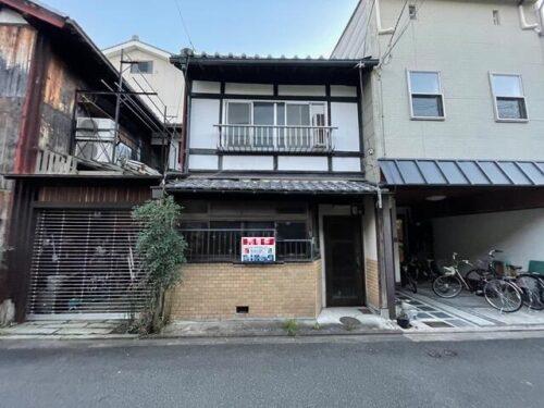 Non-Renovated Kyo-Machiya House in Hiraoka-cho near Kamo  River, for Sale in Shimogyo Ward