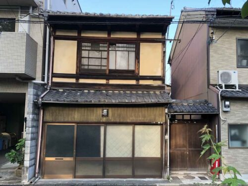 Non-Renovated Kyo-Machiya House near Shosei-en Garden Kikoku-tei, for Sale in Shimogyo Ward