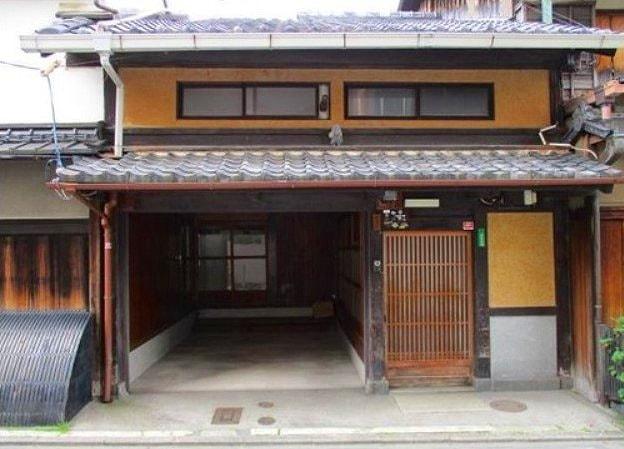 Traditional Machiya with Kura storage and Car garage, for Sale in Kyoto