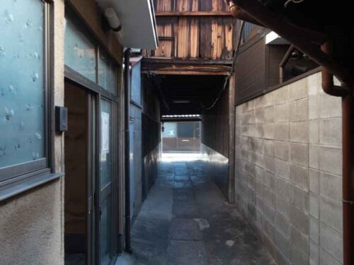 Non-Renovaged Kyo-Machiya House on Narrow Roji-Street, for Sale in Kamigyo Ward