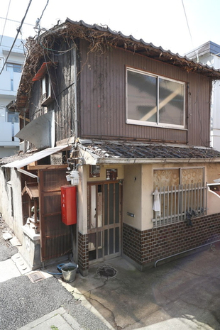 Old Non-Renovated House in Gion, near Kenninji Temple, for Sale in Higashiyama Ward